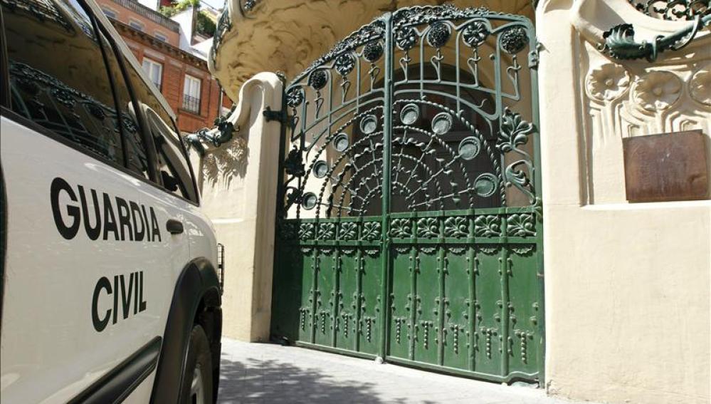 Un vehículo de la Guardia Civil aparcado ante la entrada de la sede de la SGAE