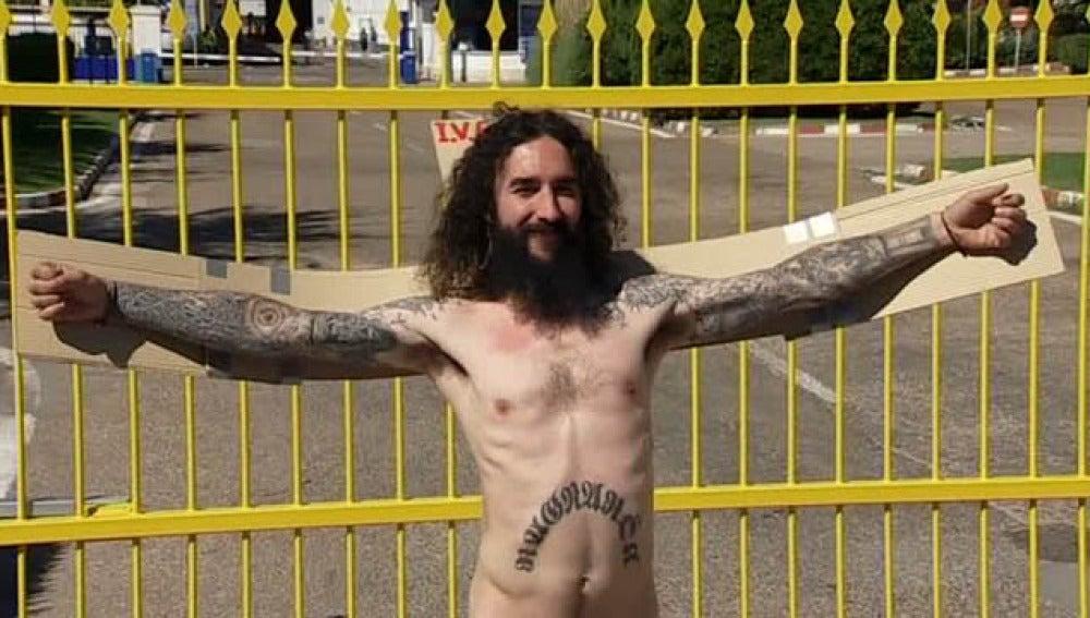Desnudos y crucificados para protestar a las puertas de Iveco