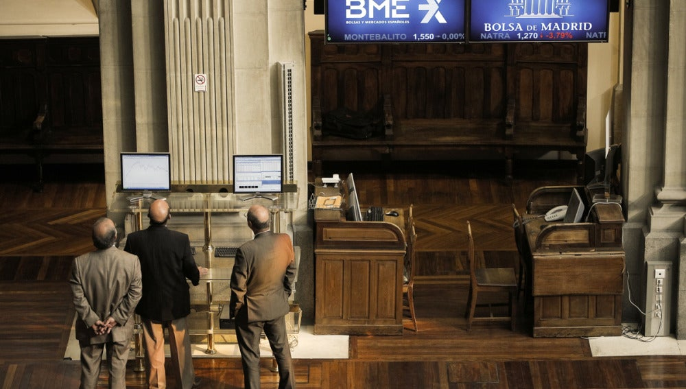 Agentes bursátiles, consultan los valores de la Bolsa de Madrid