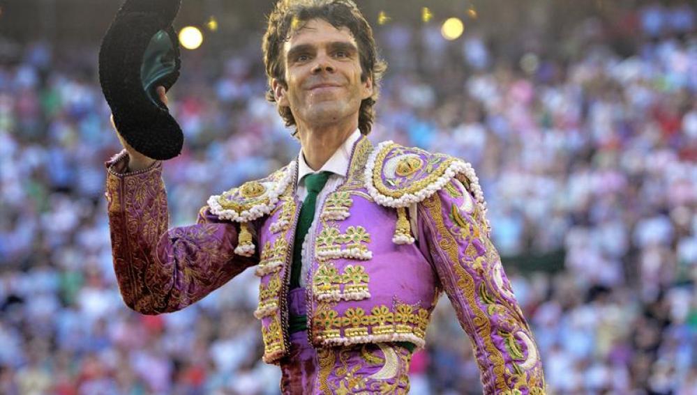 El torero José Tomás saluda al respetable tras cortar una oreja