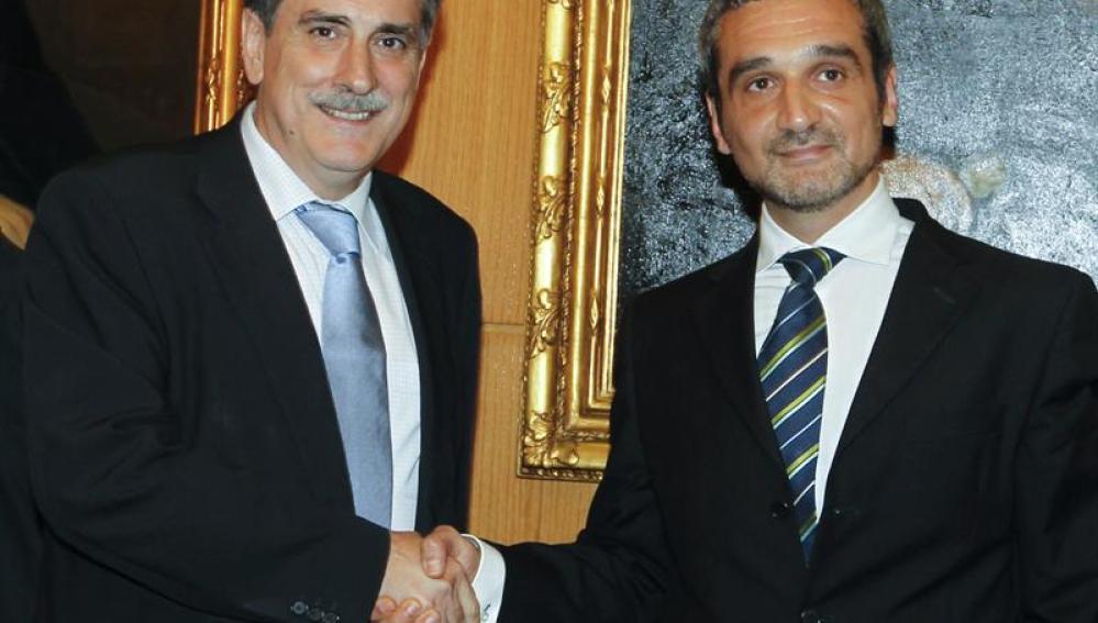 El ministro de Trabajo e Inmigración, Valeriano Gómez, saluda a su homólogo rumano, Sebastian Lazaroiu