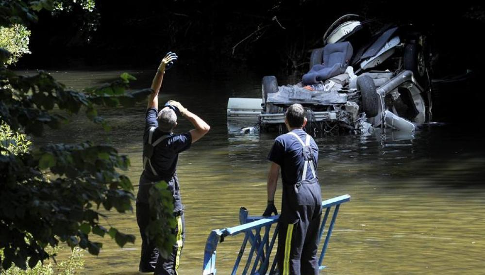 Los bomberos trabajan para recuperar el vehículo que ha caído al río Ultzama