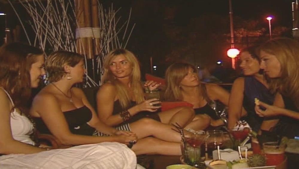 Un grupo de mujeres tomando copas