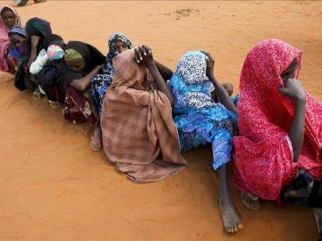 Refugiados recién llegados que huyen de la hambruna que golpea a Somalia