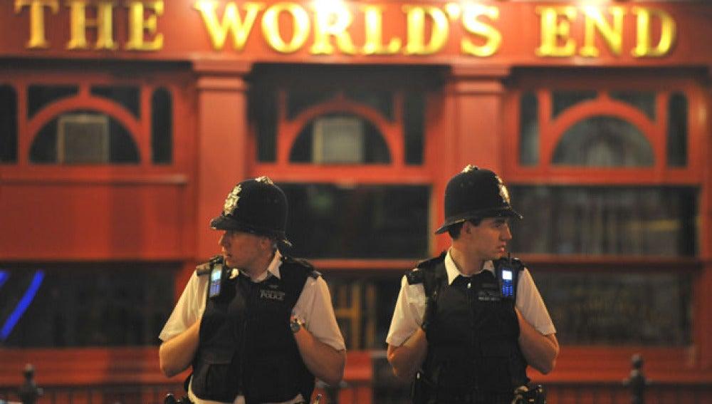 Dos policías haciendo guardia de madrugada en un barrio londinense