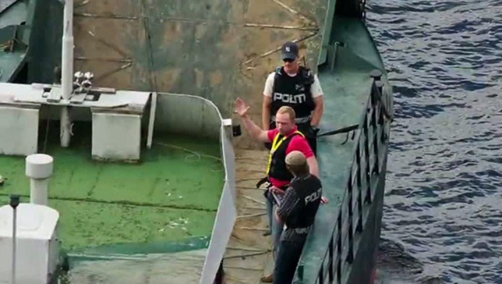 Breivik llega en barco a Utoya