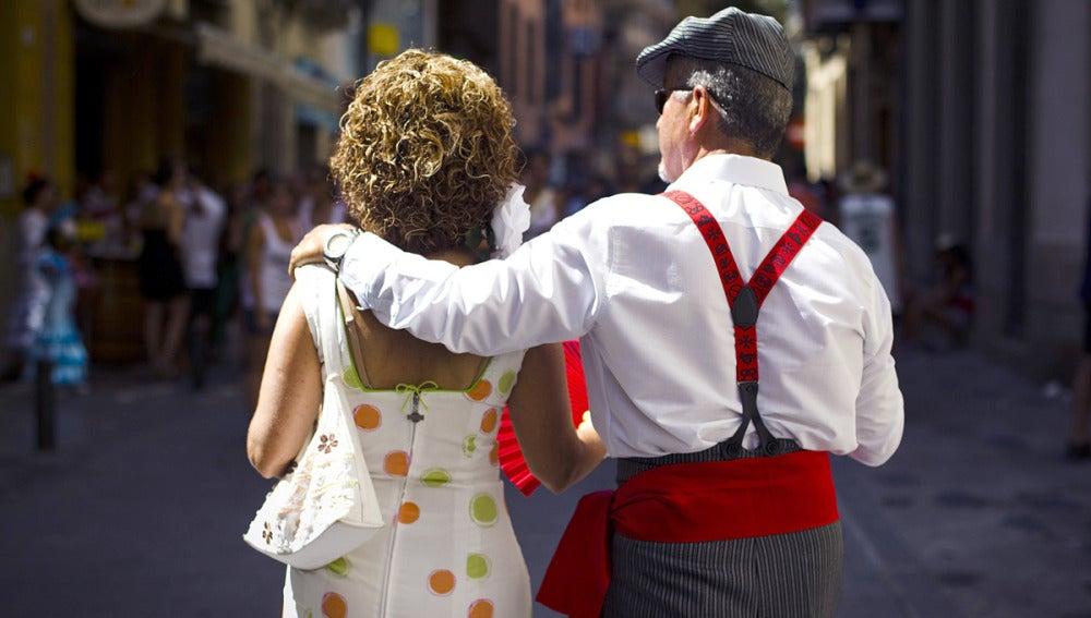 Dos malagueños pasean por Málaga