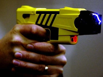 Pistola Taser en funcionamiento
