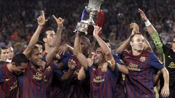 Xavi levanta la Copa ante sus compañeros