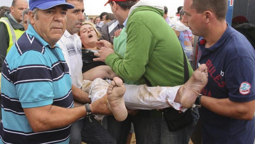 Una mujer de Sestao (Vizcaya) es trasalada a una ambulancia tras resultar herida junto a su marido