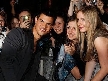 Taylor Lautner en la premier de Sin Salida
