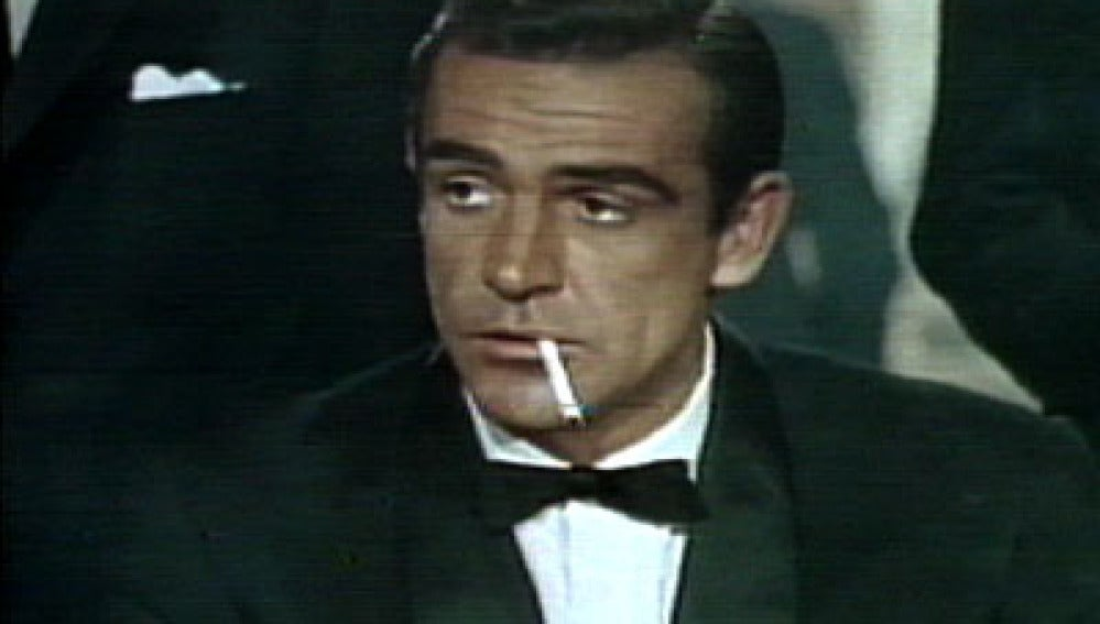 James Bond fumando