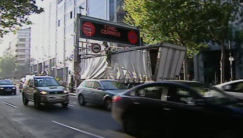 Camión atrapado en el túnel de María de Molina de Madrid