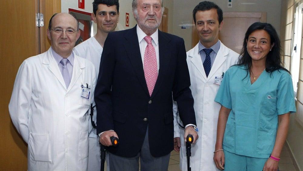 Juan Carlos I con muletas