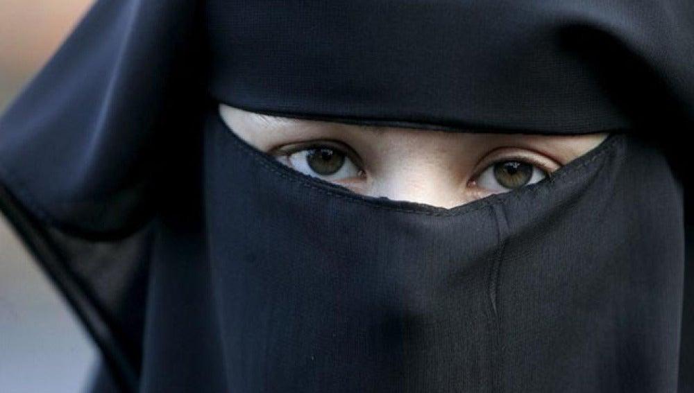 La Generalitat estudia prohibir el uso del burka en las calles