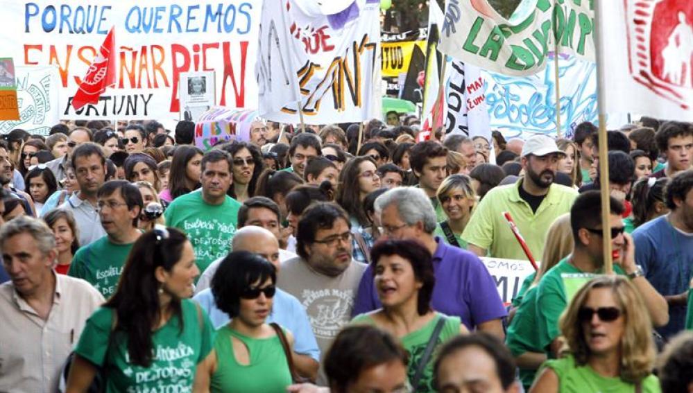 Miles de profesores se manifiestan contra los recortes en educación