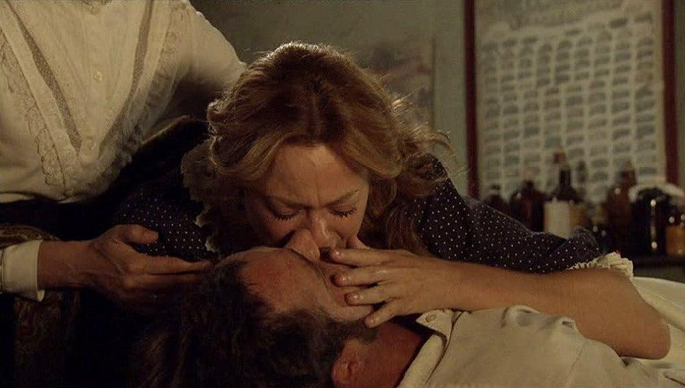 Sara besa por última vez a Miguel