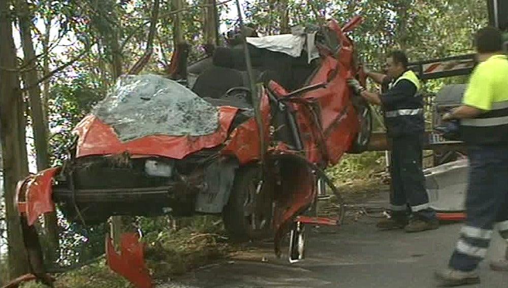 Mueren dos jóvenes al precipitarse su vehículo por un desnivel