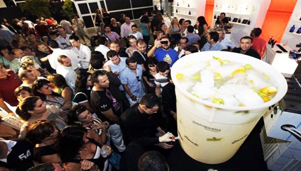 El gin tonic más grande del mundo, de 250 litros, ha sido elaborado con ginebra valenciana.