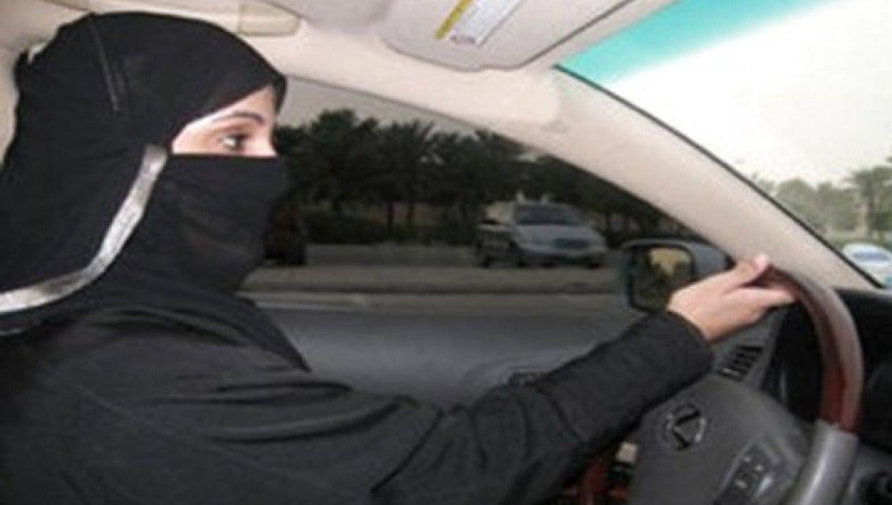 Mujer saudí conduciendo