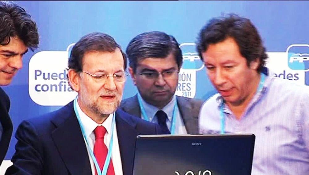 Mariano Rajoy con miembros de su equipo en un acto electoral.