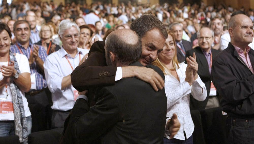 Rubalcaba y Zapatero se abrazan en la Conferencia Política del PSOE