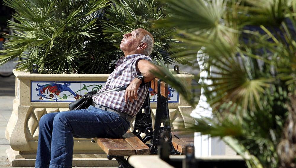 Un hombre sofocado por las altas temperaturas
