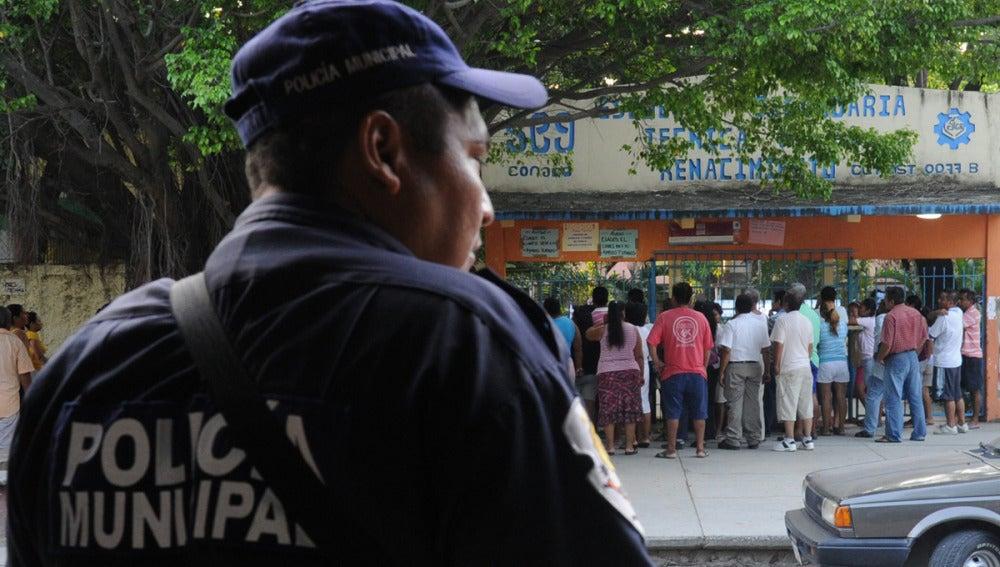 Miembros de la Policía Municipal prestan guardía a las afueras de una escuela en Guerrero
