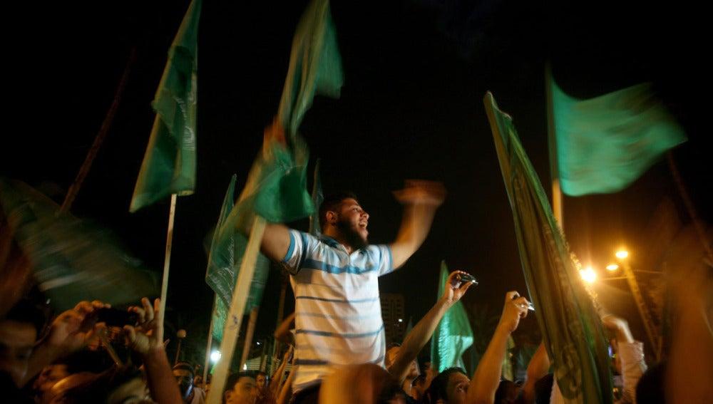 Miembros de Hamás celebran el anuncio del intercambio de prisioneros palestinos en cárceles israelíes