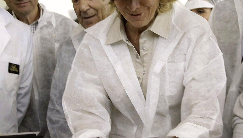 Esperanza Aguirre probando la elaboración de croissants en las instalaciones de la empresa  Viena Capellanes