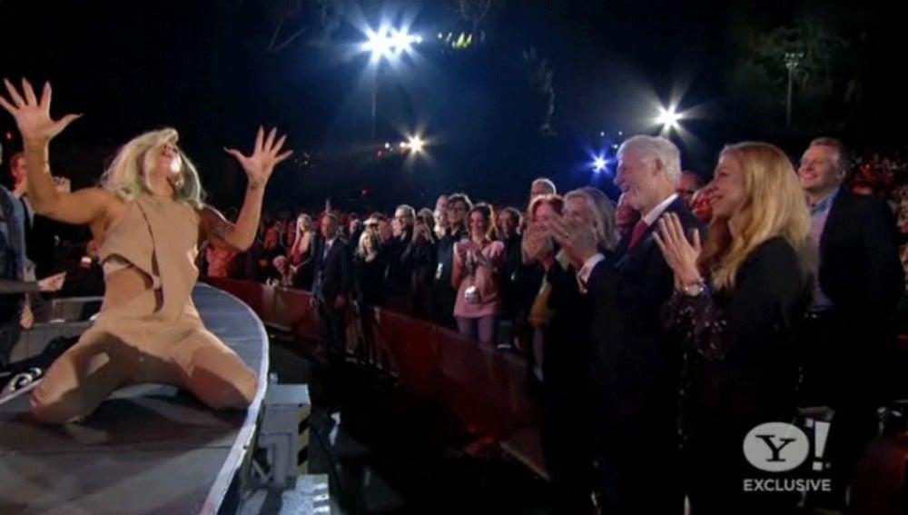 Lady Gaga le canta a Bill Clinton