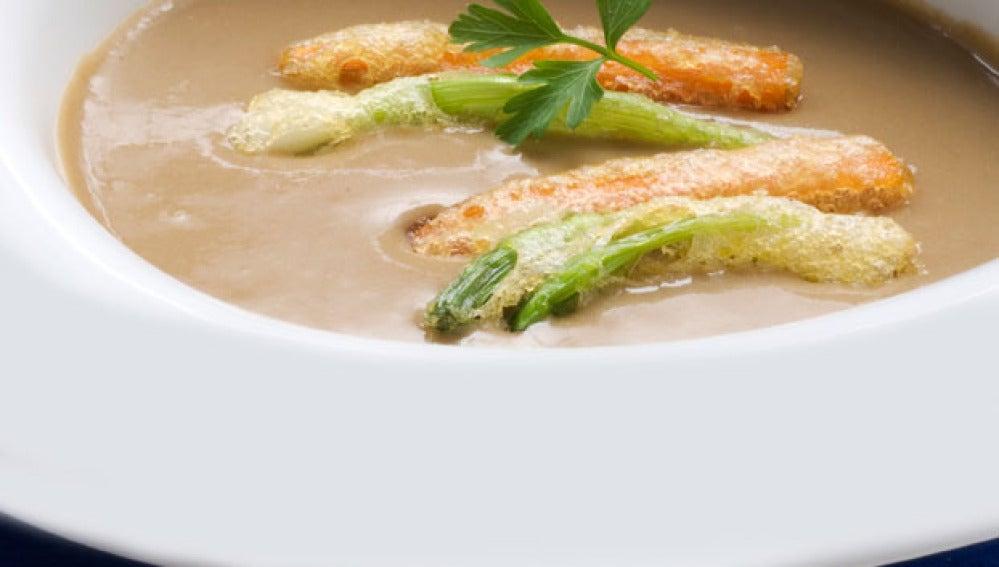Crema de lentejas con tempura de zanahorias y ajos frescos