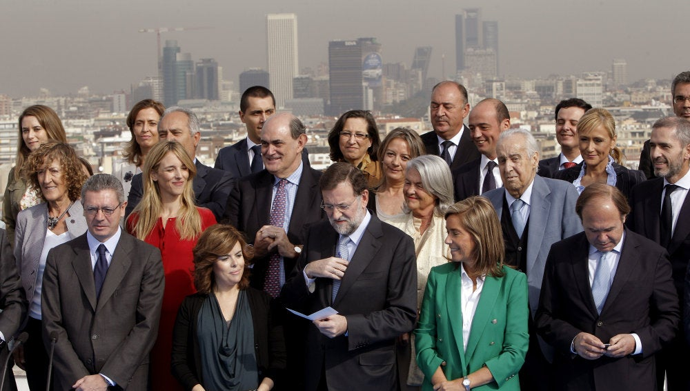 El presidente del PP, Mariano Rajoy (c), junto a los candidatos de su partido a las elecciones del 20N por Madrid