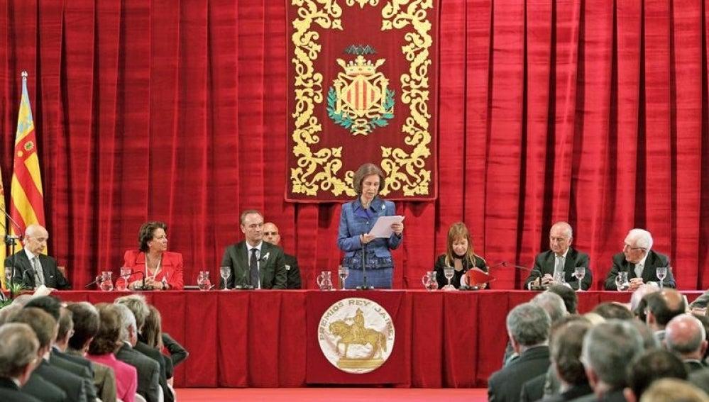 La reina Sofía se dirige a los asistentes al acto de entrega de los Premios Rey Jaime I 2011
