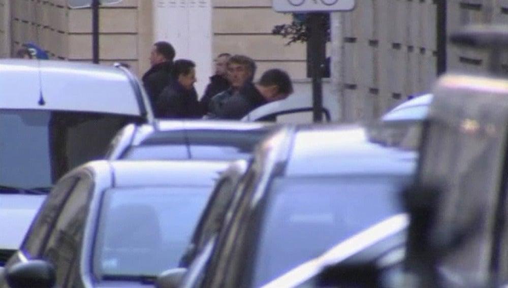 Sarkozy visita a su hija y a Carla Bruni