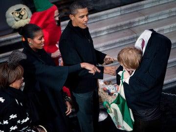 Los Obama regalan dulces a 'descabezado'