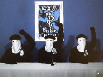 Miembros de ETA leyendo el comunicado