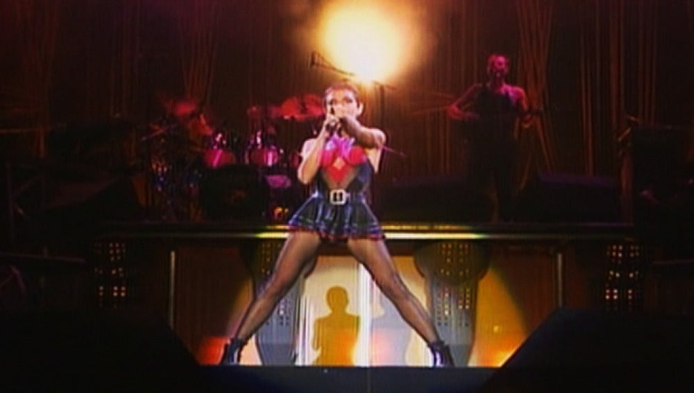 La cantante de Mecano Ana Torroja en medio de un concierto.