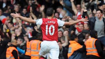 El capitán del Arsenal, Van Persie, celebra su gol