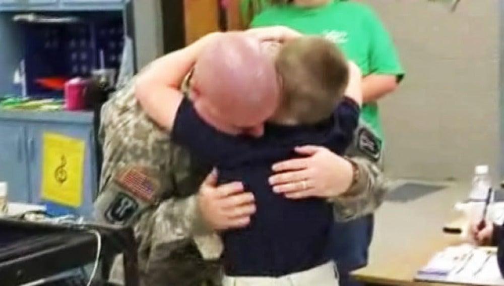 Un padre se reencuentra con su hijo tras volver de Irak.