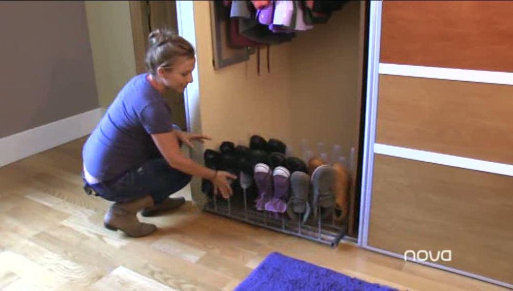 En este Briconsejo hemos conseguido almacenar todos nuestros zapatos de forma ordenada construyendo un zapatero integrado en nuestro armario.