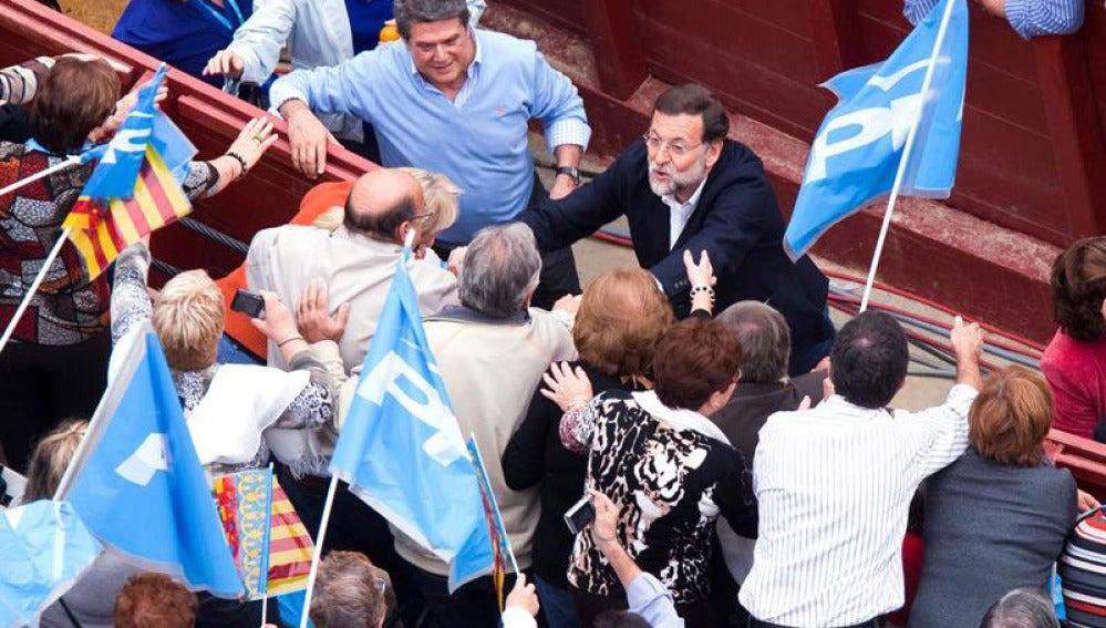 Mariano Rajoy saluda en Valencia