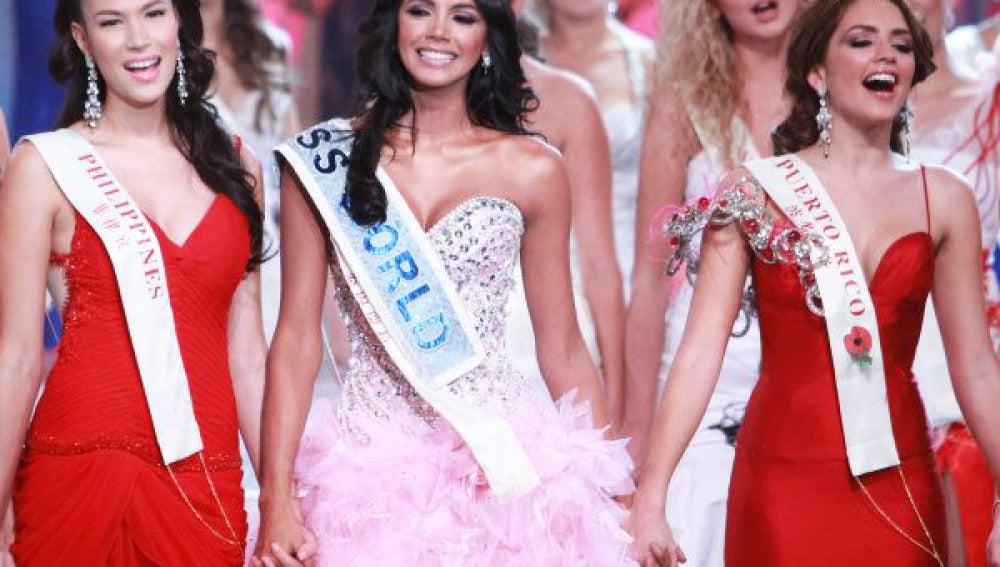 La Miss Mundo 2011 Ivian Sarcos (centro) acompañada de sus damas de honor Miss Filipinas y Puerto Rico.