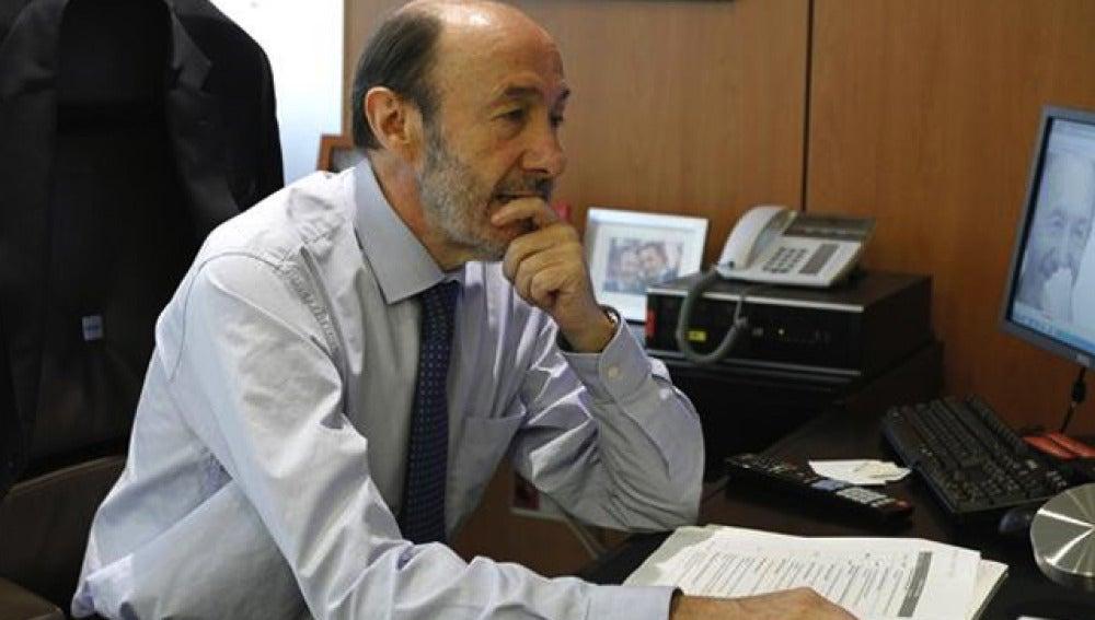 Alfredo Pérez Rubalcaba en su despacho