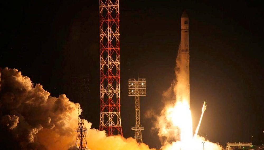 El cohete ruso Zenit-2, que transporta la estación interplanetaria rusa Fobos-Grunt