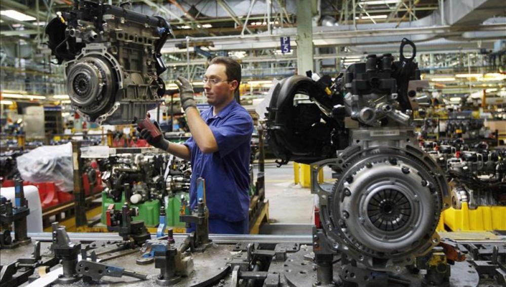 Un hombre trabaja en una cadena de montaje