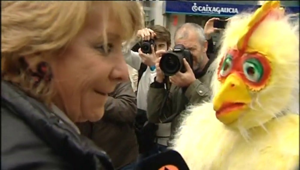 Aguirre habla con un dignado vestido de pollo