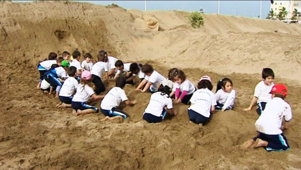 Los niños en el taller de escultura con arena.
