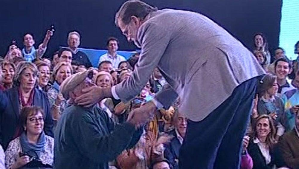 Rajoy saluda a un hombre en un mitin en Badajoz