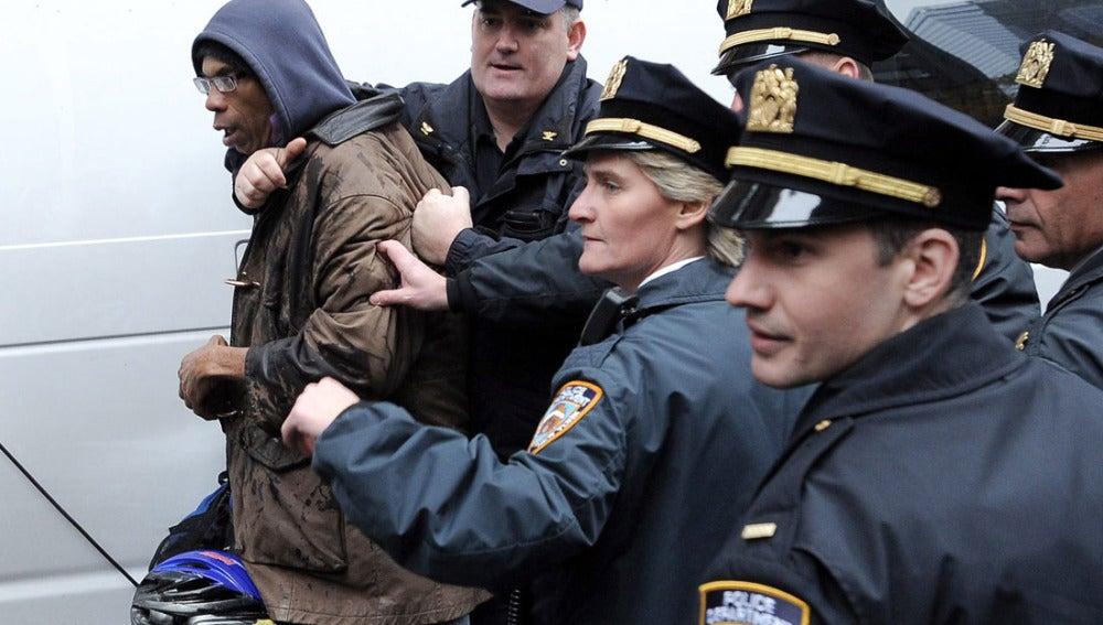 Policías neoyorquinos detienen a un 'okupa'